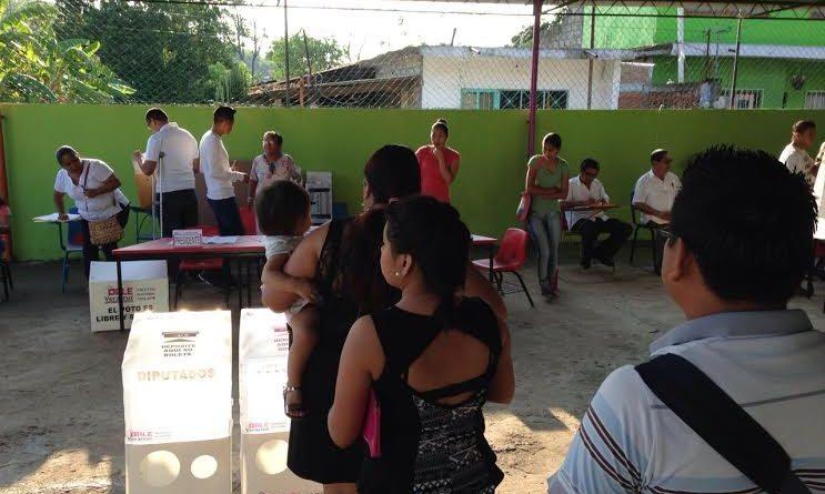 Poza Rica, Ver.- Esta mañana poco a poco se iniciaron las instalaciones de las casillas en el V distrito de Poza Rica. La ciudadanía se hace presente.
