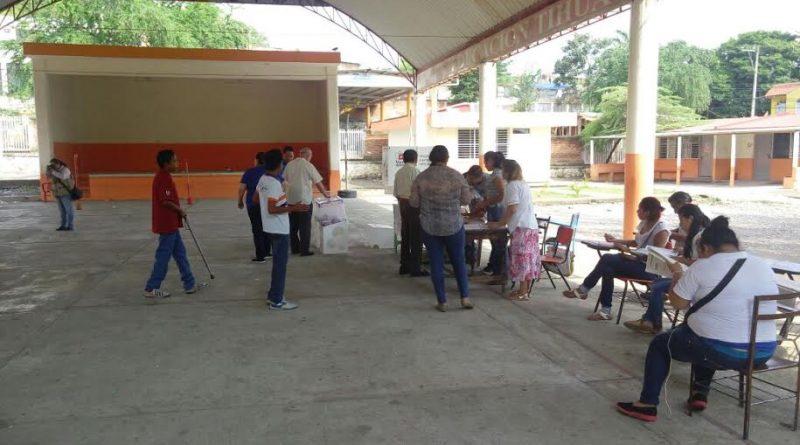 Tihuatlán, Ver.- Escasa afluencia de votantes en las casillas de Plan de Ayala, Tihuatlán.