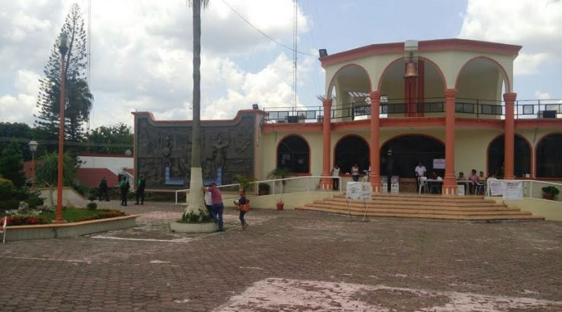 Tihuatlán, Ver.- En la cabecera municipal reportan la presencia de vocales de Prospera, quienes llevan a personas a votar a las urnas ubicadas junto al palacio.