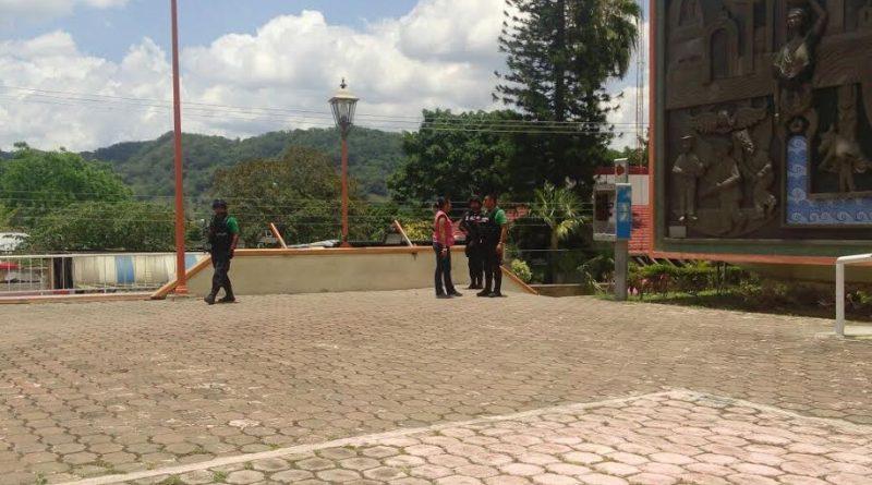 Tihuatlán, Ver.- Representante del INE pide apogo a la Fuerza Civil y Policía Estatal para retirar a personas que interceptan a votantes