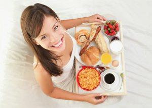 Mujer-desayunando-en-la-cama