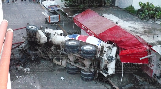 camion-revolvedora-cae-del-puente-tuxpan