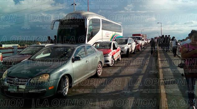 bloqueo-taxistas-puente-puerto-tuxpan