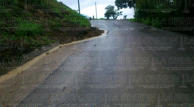 retiran-tierra-y-lodo-de-carretera-serrana