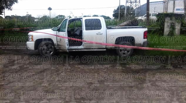 Sujetos desconocidos con armas tipo AR-15 le disparan cuando apenas llegaba al rancho ubicado sobre la México-Tuxpan.