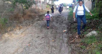 caminan-entre-el-lodo-para-llegar-a-la-escuela
