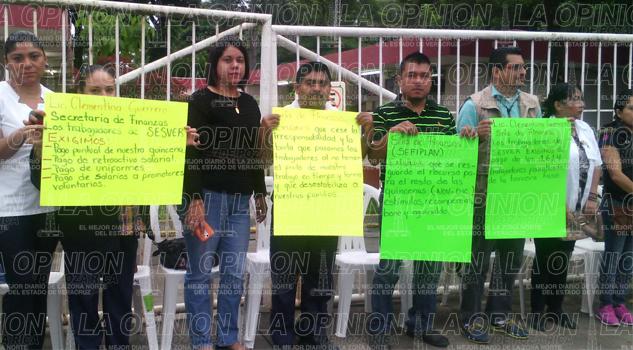 ni-la-lluvia-los-detiene-protestan-mas-de-600-trabajadores