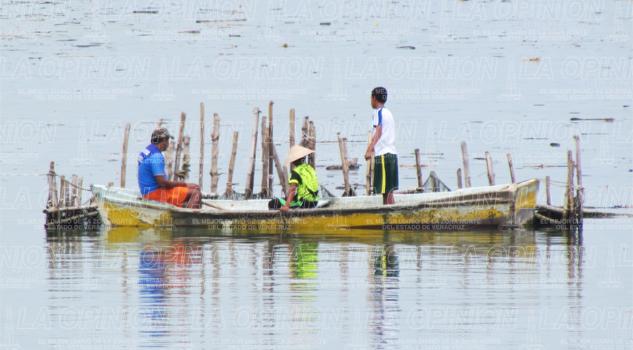 pescadores-reciben-una-parte-del-programa-empleo-temporal
