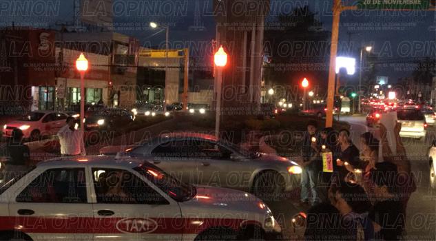 protesta-pacifica-con-luces-rojas