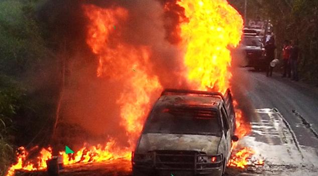 se-incendia-camioneta-en-la-carretera