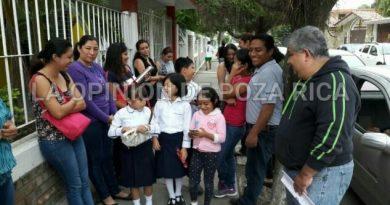 Padres de familia exigen maestro de primaria