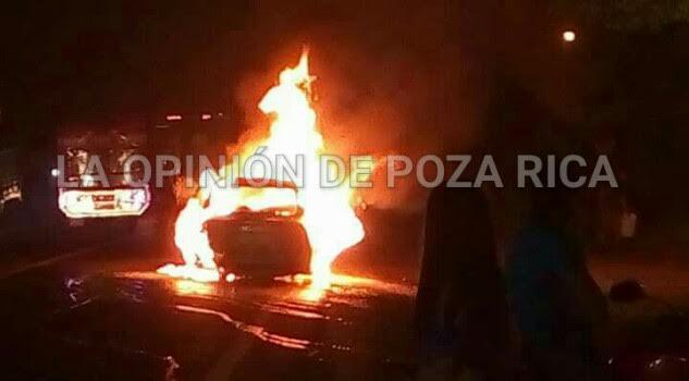 Arde automóvil en Carretera
