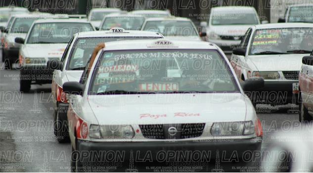Amenazan taxistas con subir tarifas