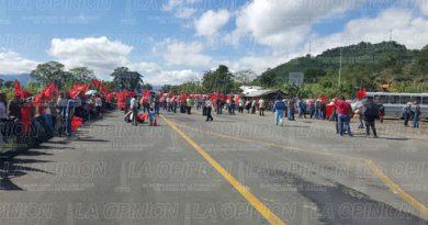 Bloquean la carretera federal México-Tuxpan