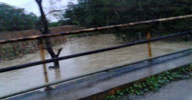 Desborda arroyo San Isidro