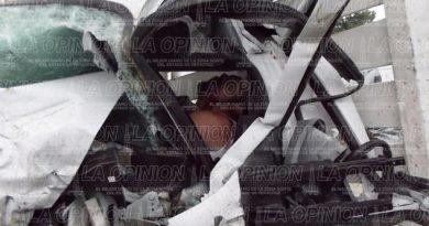 muere-prensado-al-impactar-su-camioneta-contra-torton