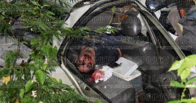 Muere prensado en su auto