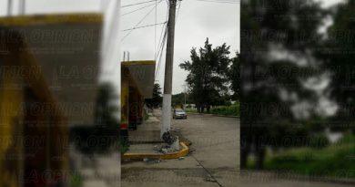 Peligro por poste de luz a punto de caer