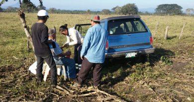 Volcadura de camioneta deja tres heridos