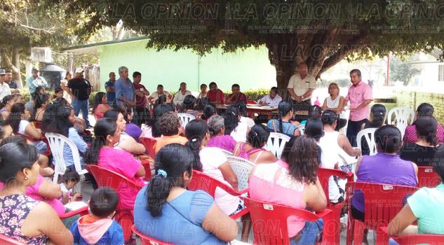 Acalorada reunión de padres de familia en El Tajín