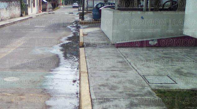 Aguas negras inundan calle