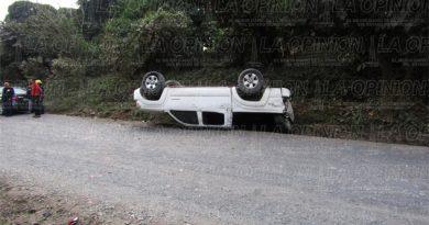 Destroza camioneta en volcadura