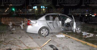 Empleado de farmacias Guadalajara provoca aparatoso choque
