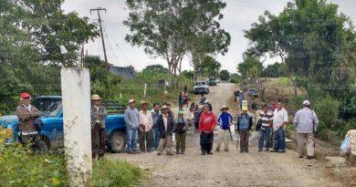 Grupo disidente de los 400 pueblos bloquea la entrada a Chichicoaxtla
