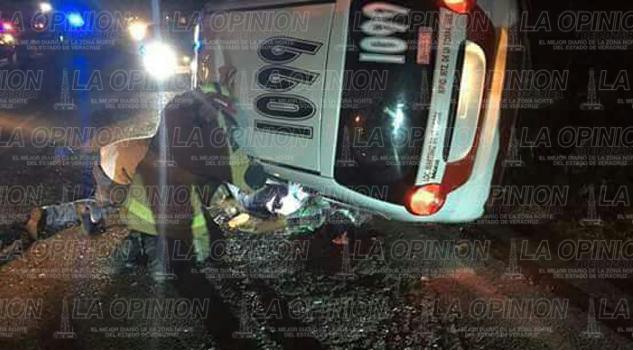 Muere taxista en volcadura