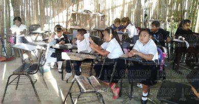 Niños de primaria reciben clases en aulas de tarro