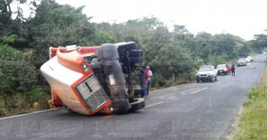 Vuelca camión cargado con 10 toneladas de naranja