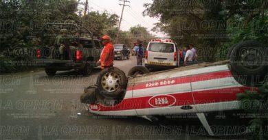 Vuelca taxista en la carretera Poza Rica-Cazones