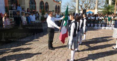 Abanderan a escuelas de Tihuatlán