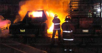 Arde grúa en un taller