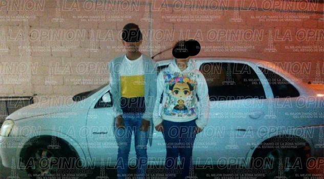 Aseguran a pareja con un automóvil robado