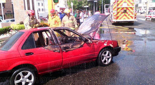 Bulevar Ruiz Cortines Arde Automóvil