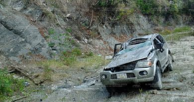 Cae camioneta a barranco