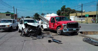 Camioneta Impacta Contra Pipa Repartidora Gas