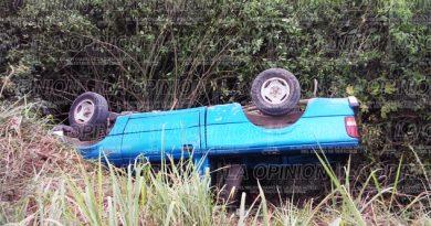 Camioneta esquiva camión y vuelca