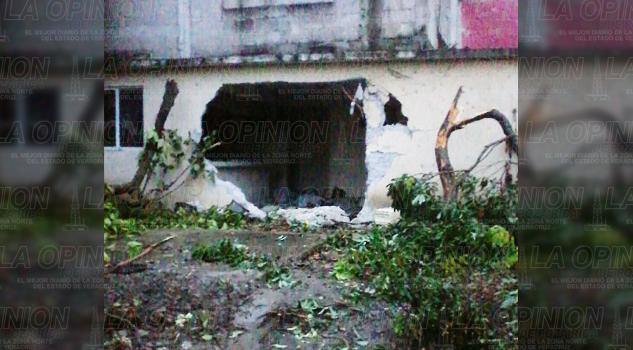 Camioneta se impacta contra una casa; un muerto