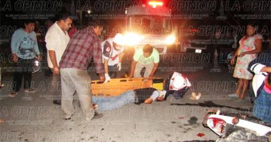 Ebrio motociclista se estrella contra un automóvil