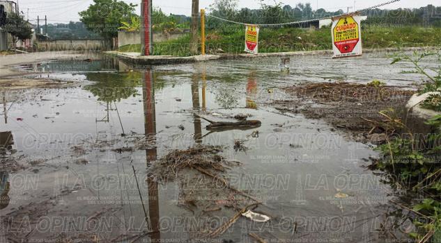 Fuga de agua inunda calles del fraccionamiento Nueva Imagen