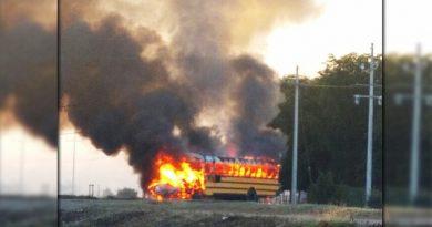Grupo armado interceptan e incendian camión de transporte agrícola