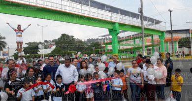 Inauguran reconstrucción de puente peatonal