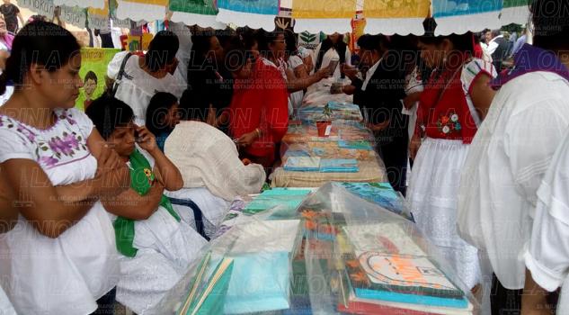 Presentan títulos de libros artesanales realizados por niños indígenas
