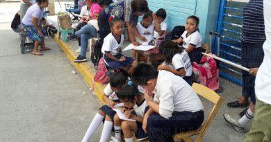 Reciben clases en la calle
