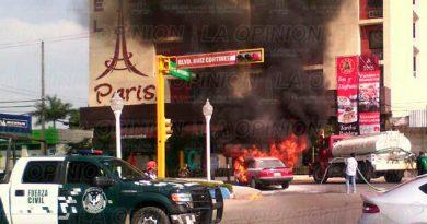 Ruiz Cortines Arde Automóvil Bulevar