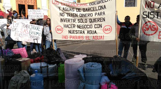 Trabajadores despedidos del Sistema de Agua de Veracruz arribaron a Plaza Lerdo