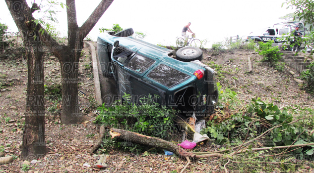 Vuelca camioneta en la Tihuatlán-Álamo