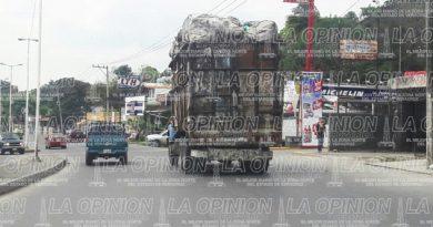 Camiones de carga circulan en el centro bajo el consentimiento de transporte público